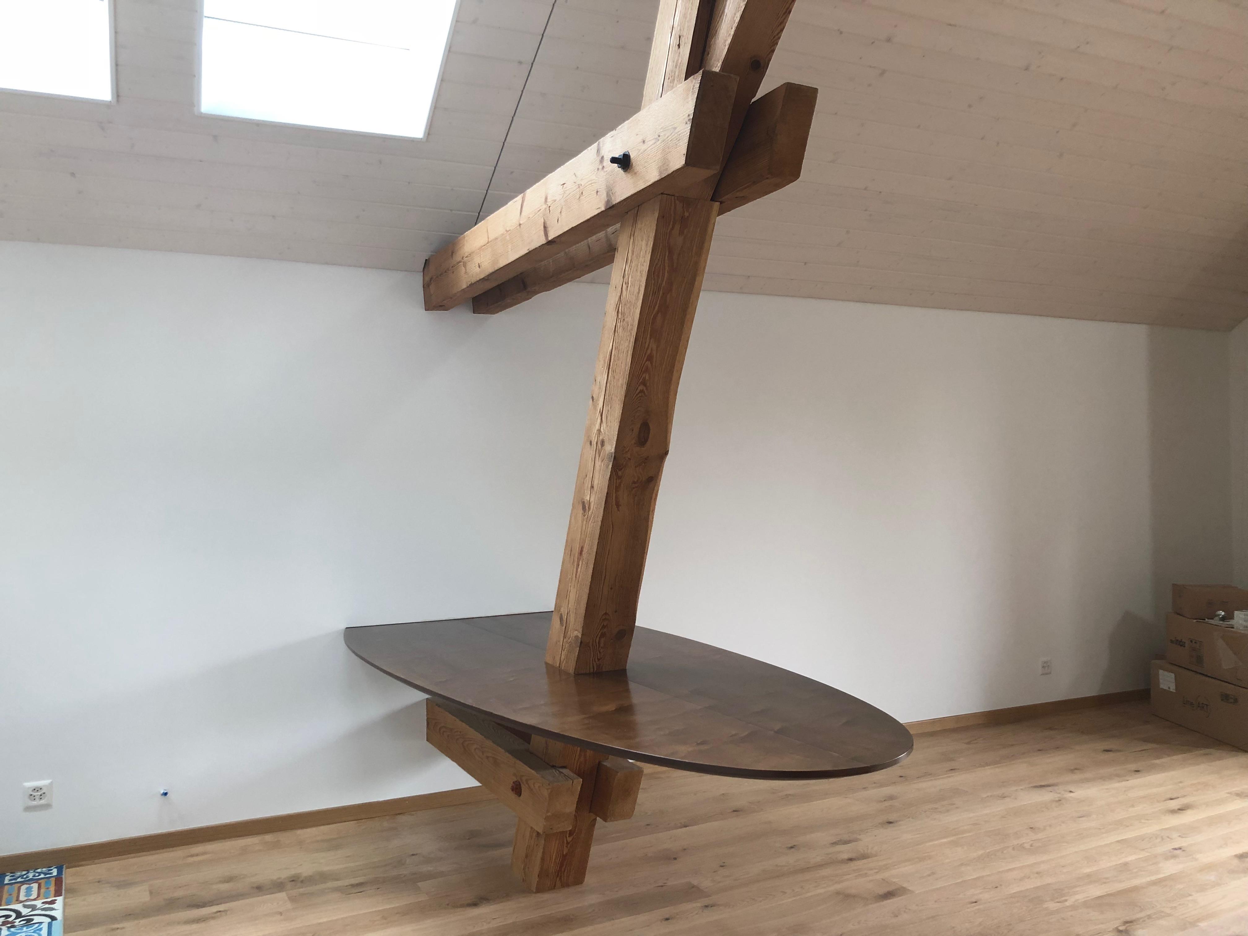 Une table de 2.5/1.1m tenue uniquement par le mur et la charpente